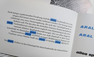 Penetrant: Unterstreichung des Unternehmensnamens in den CI-Farben als typografische Auszeichnungsform.