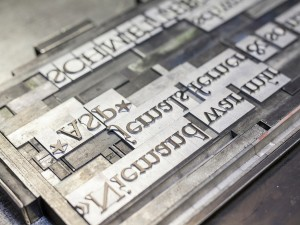 Bleisatz setzen im Winkelhaken beim Workshop von TypeSCHOOL mit Uwe Steinacker in Dresden.