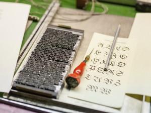 Die Werkzeuge des Schriftsetzers kennenlernen.