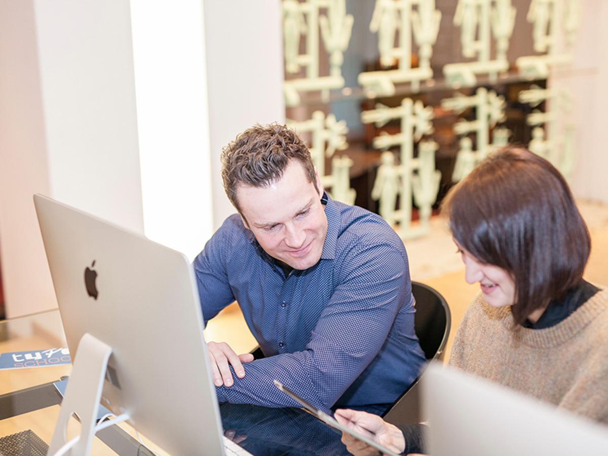 Teilnehmer im Workshop Typografie am iMac mit TypeSCHOOL