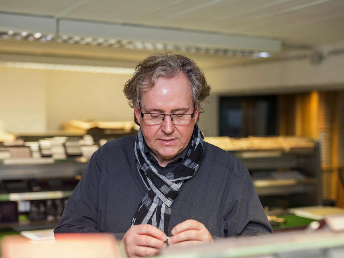 Uwe Steinacker beim Bleisatz und Buchdruck in Dresden.