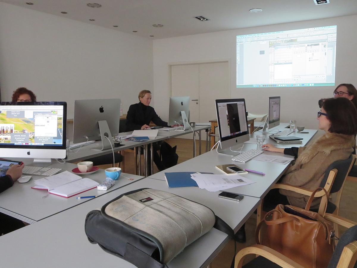 Teilnehmer des Workshop zum Thema Digital Publishing gestalten mit InDesign und Aquafadas eine Tablet-App.