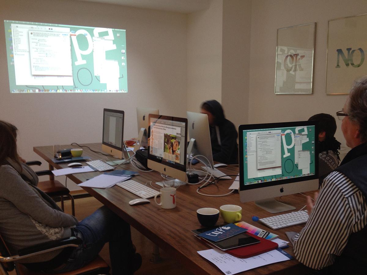 Teilnehmer bei der Weiterbildung zum Thema Print-Produktion in Düsseldorf.