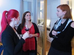 Bei einem Glas Wein gestaltet es sich gleich besser: Teilnehmer des Workshops zum Thema Typografie und Layout in Wien