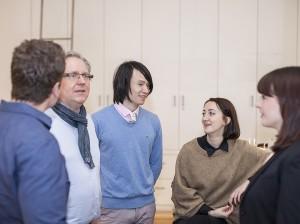 Uwe Steinacker, Workshop-Leiter der TypeSCHOOL, mit Kursteilnehmern bei einer praxisorientierten InDesign-Fortbildung.