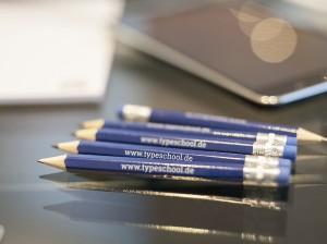 Für jeden Workshop stellt TypeSCHOOL das Arbeitsmaterial, darunter iMacs und Software aber auch Bleistifte und Notizblöcke.